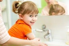 Mãos da criança da lavagem da mãe Fotografia de Stock Royalty Free
