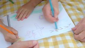 Mãos da criança e do desenho idoso do homem vídeos de arquivo