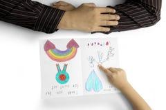 Mãos da criança e do pai com cartão fotografia de stock
