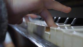 Mãos da criança no teclado de piano video estoque