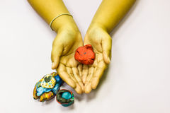 Mãos da criança que jogam com argila colorida Fotografia de Stock
