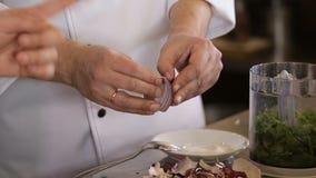 Mãos da curva limpada cozinheiro filme
