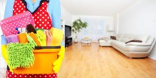 Mãos da empregada doméstica com ferramentas da limpeza Fotografia de Stock