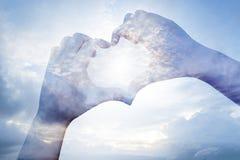 Mãos da exposição dobro na forma do coração com SK Foto de Stock Royalty Free