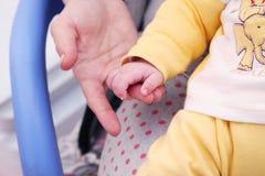 Mãos da filha e da mãe Imagens de Stock