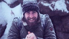 Mãos da fricção do homem no frio empolando Foto de Stock Royalty Free