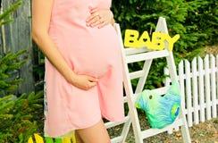 Mãos da gravidez, da barriga e das mulheres delicadas Imagem de Stock