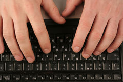 Mãos da juba no teclado do Fotos de Stock Royalty Free