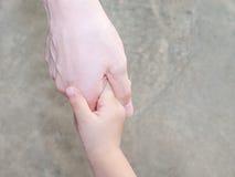Mãos da mãe e da criança fotos de stock royalty free