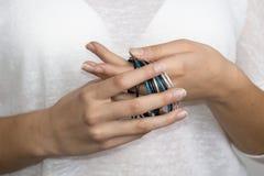 Mãos da menina com joia Imagens de Stock