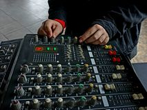 Mãos da menina no painel de controle da música fotografia de stock