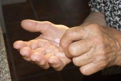 Mãos da mulher adulta com o medicamento imagens de stock