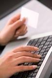 Mãos da mulher com keybord do computador e negócio c fotos de stock royalty free