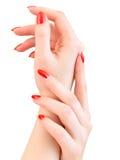 Mãos da mulher com pregos vermelhos Imagens de Stock Royalty Free