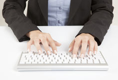 Mãos da mulher com teclado Fotos de Stock Royalty Free