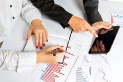 Mãos da mulher de negócio durante a apresentação do negócio fotos de stock royalty free
