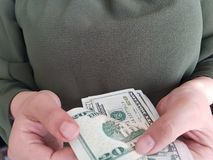 mãos da mulher de negócio que contam 20 notas de dólar Imagem de Stock Royalty Free