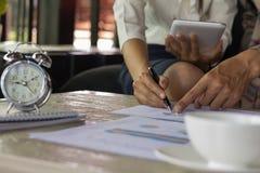 Mãos da mulher de negócios que analisam estatísticas financeiras Análise de imagens de stock royalty free