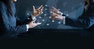 Mãos da mulher de negócios que tecem a rede virtual do negócio Imagens de Stock
