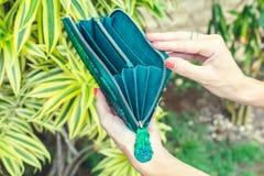 Mãos da mulher do close up com a carteira luxuosa do pitão do snakeskin da forma Fora, ilha de Bali imagens de stock