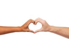 Mãos da mulher e do homem que mostram a forma do coração Imagem de Stock