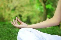 Mãos da mulher na ioga Imagens de Stock