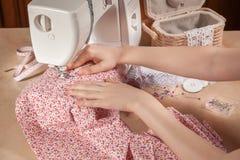 Mãos da mulher na máquina de costura Fotografia de Stock Royalty Free