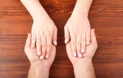 Mãos da mulher nas mãos do homem fotografia de stock