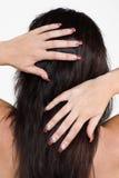 Mãos da mulher no cabelo Fotografia de Stock