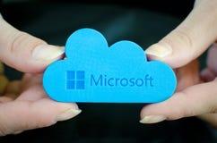 Mãos da mulher no fundo preto que guarda o ícone de Microsoft Windows OneDrive Imagens de Stock Royalty Free