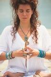 Mãos da mulher no mudra do gesto simbólico da ioga Foto de Stock Royalty Free