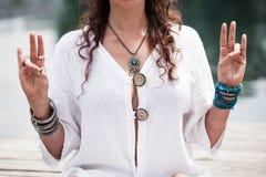 Mãos da mulher no mudra do gesto simbólico da ioga Imagem de Stock Royalty Free