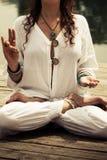 Mãos da mulher no mudra do gesto simbólico da ioga Imagem de Stock