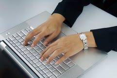 Mãos da mulher no teclado imagens de stock royalty free