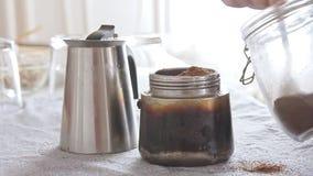 Mãos da mulher que fazem o café na cozinha video estoque