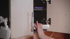 Mãos da mulher que fazem o ponto de cruz do bordado vídeos de arquivo