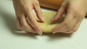 Mãos da mulher que fazem uma massa video estoque
