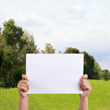 Mãos da mulher que guardam o papel Foto de Stock