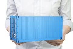 Mãos da mulher que guardam o recipiente de carga 3d azul Imagem de Stock