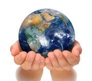 Mãos da mulher que guardaram o globo, a África e o Oriente Próximo foto de stock