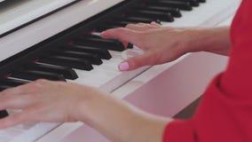 Mãos da mulher que jogam o piano filme