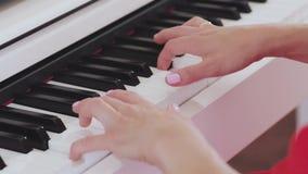 Mãos da mulher que jogam o piano vídeos de arquivo
