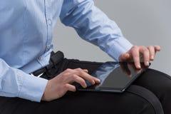 Mãos da mulher que trabalham com a tabuleta eletrônica moderna Fotografia de Stock Royalty Free