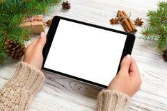 Mãos da mulher usando o tablet pc no bachground de madeira da tabela tempo da compra dos cristmas Natal feliz trocista acima do f imagem de stock