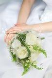 Mãos da noiva Fotos de Stock Royalty Free