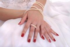 Mãos da noiva Fotografia de Stock Royalty Free