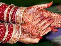 Mãos da noiva ao executar rituais do casamento fotografia de stock royalty free