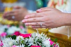 Mãos da noiva bonita Fotos de Stock