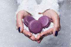 Mãos da noiva com macarons Foto de Stock Royalty Free