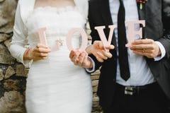 Mãos da noiva e do noivo Foto de Stock Royalty Free